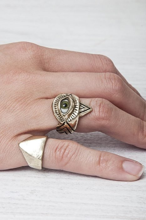 Mano de mujer con anillo de ojo