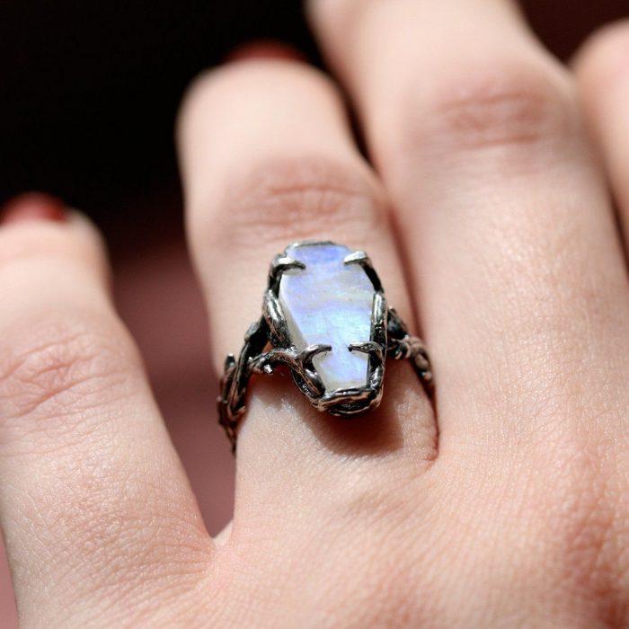 Mano de mujer con anillo en forma de féretro