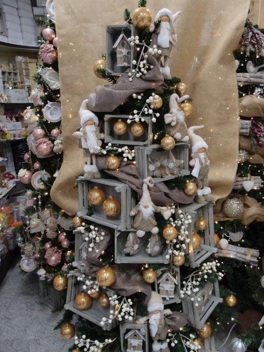 árbol de Navidad fabricado con rejas