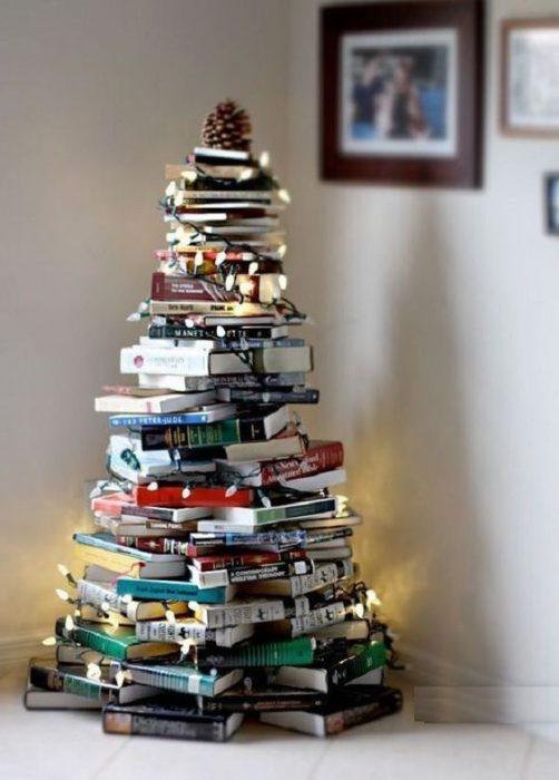 árbol de Navidad fabricado con libros