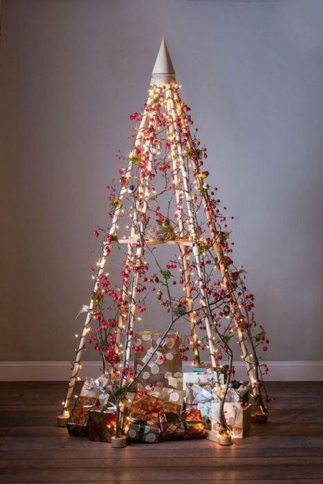 árbol de Navidad fabricado con guias de flores