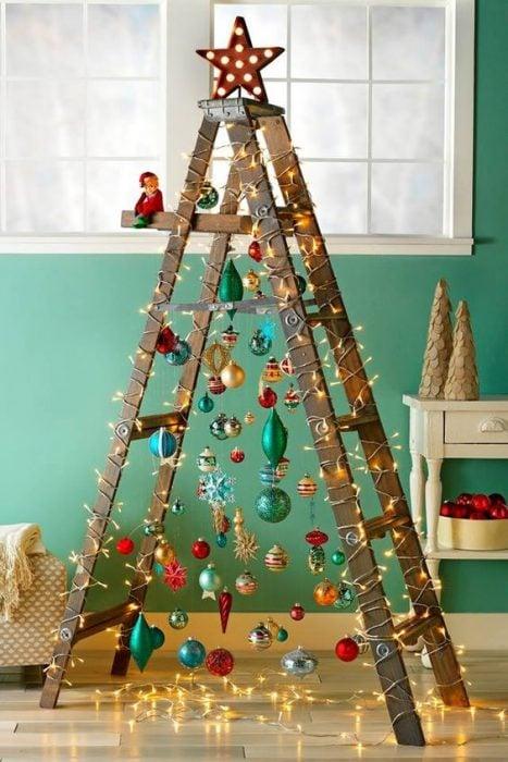 árbol de Navidad fabricado con una escalera