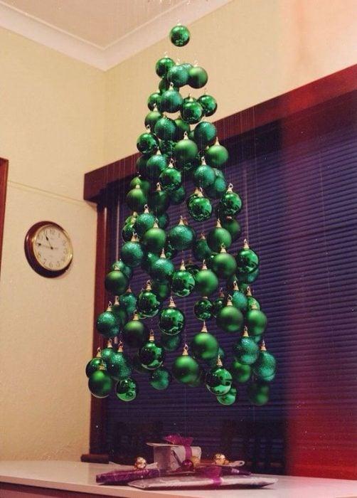 árbol de Navidad fabricado con esferas verdes