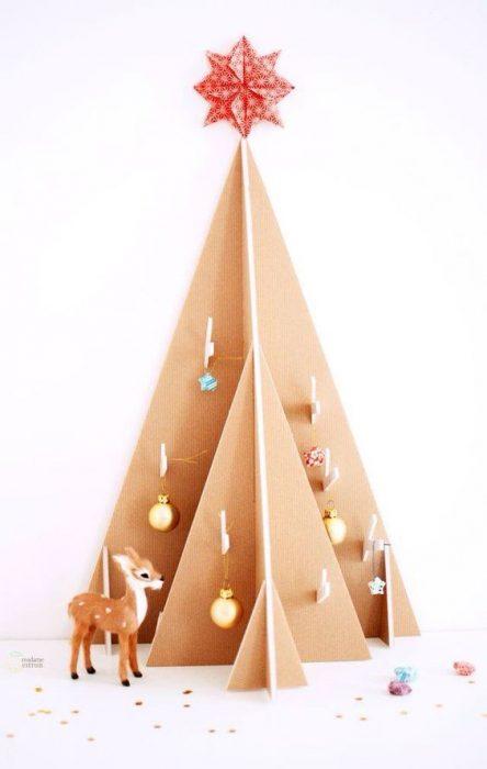 árbol de Navidad fabricado con cartón