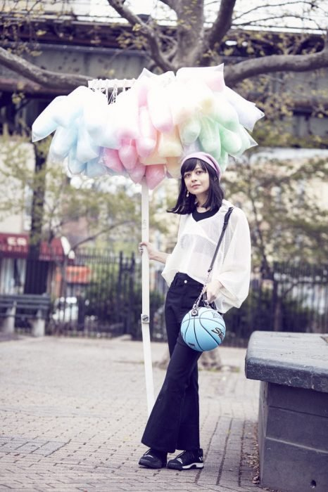 Chica sosteniendo un bolso hecho con pelota de Básquetbol