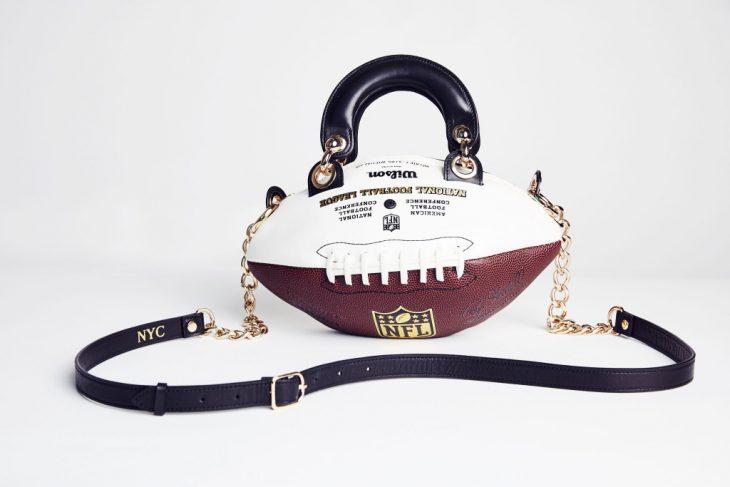 bolso hecho con pelota de futbol americano