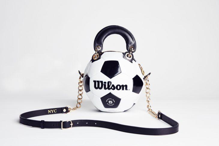 bolso hecho con pelota de futbol