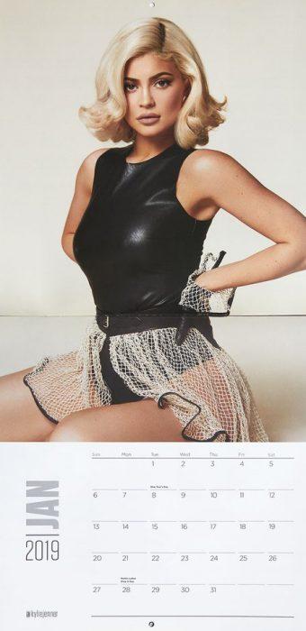 Kylie Jenner posando en el mes de enero de su calendario