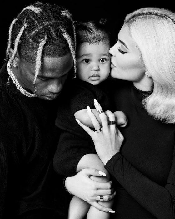 Kylie Jenner posando junto a su familia para su calendario 2019