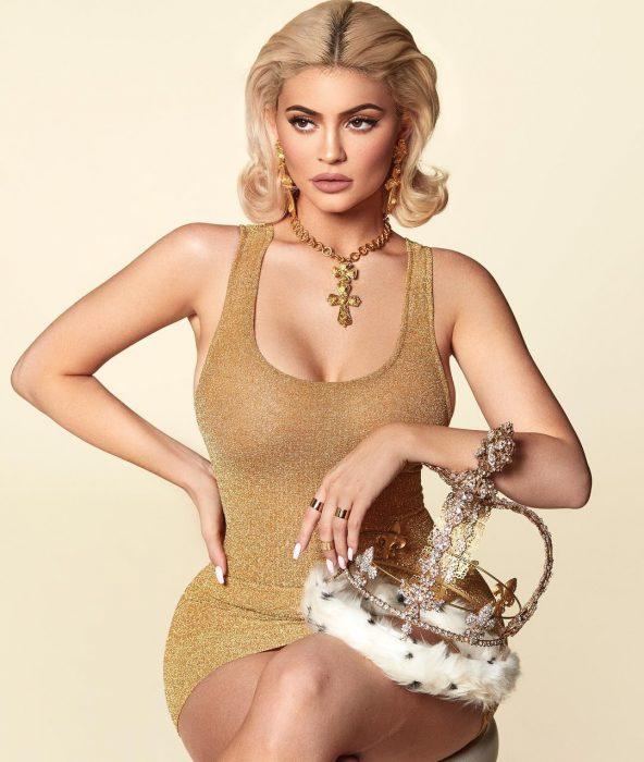 Kylie jenner sosteniendo una corona en su calendario 2019