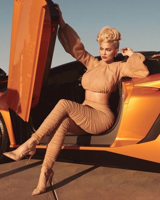 Kylie Jenner saliendo de su automovil en su calendario 2019