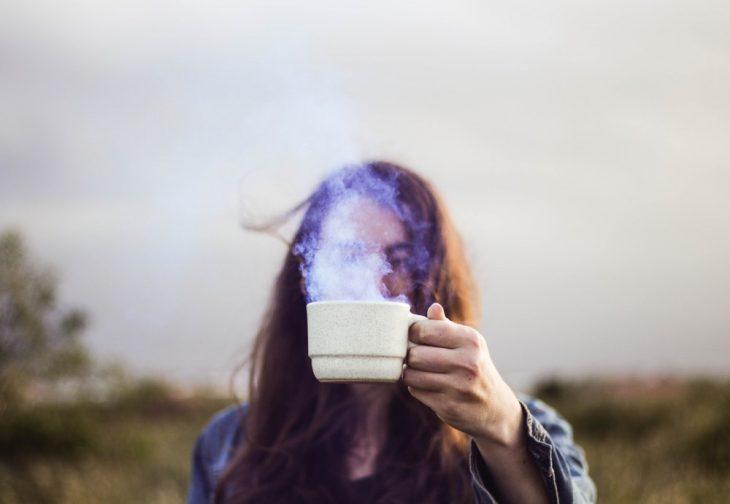 chica sosteniendo na taza de café