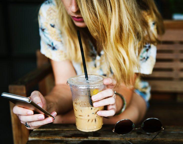 chica tomando café dulce