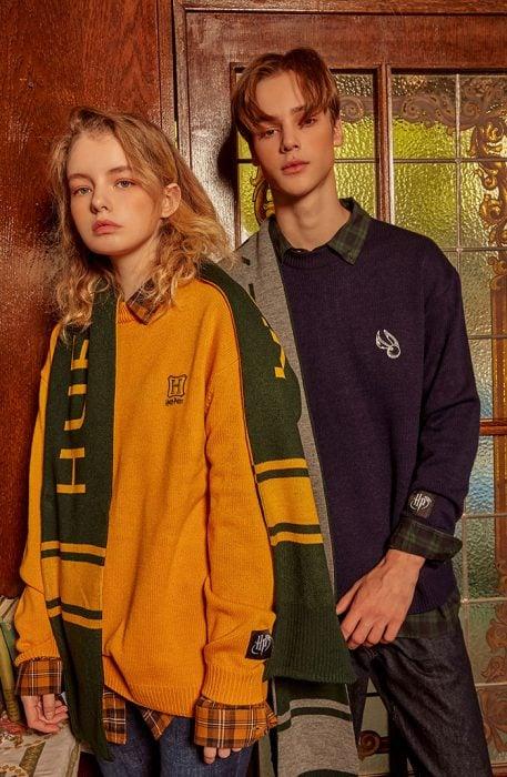chica usando suéter color mostaza