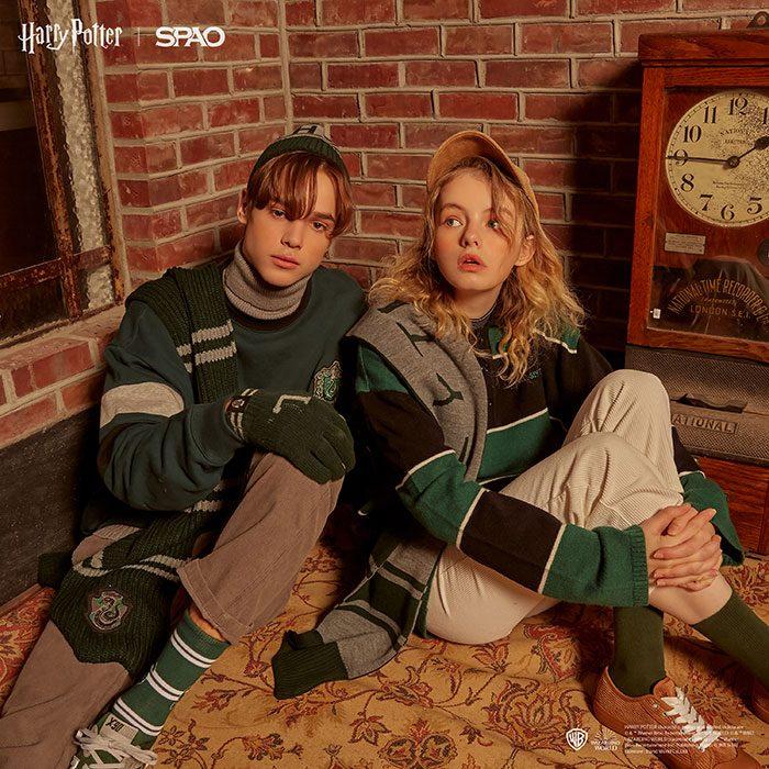 pareja de novios usando sueteres en color verde