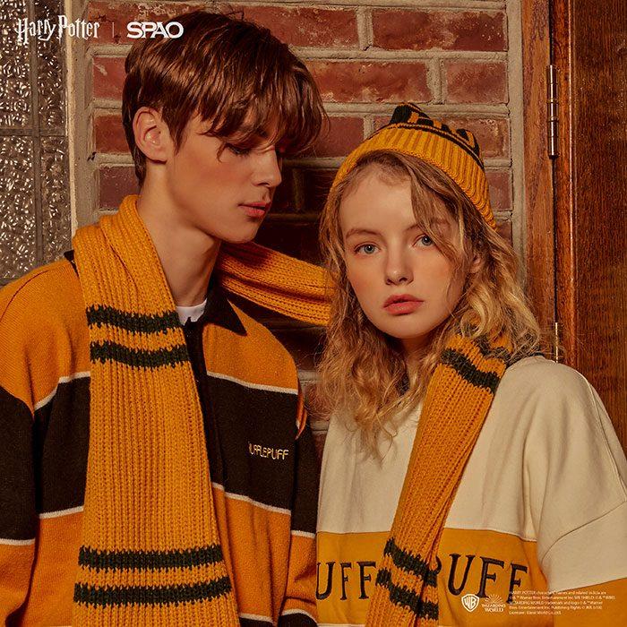 pareja de novios usando sueter color mostaza