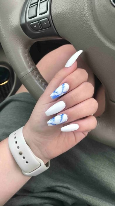 Uñas de color blanco con azul