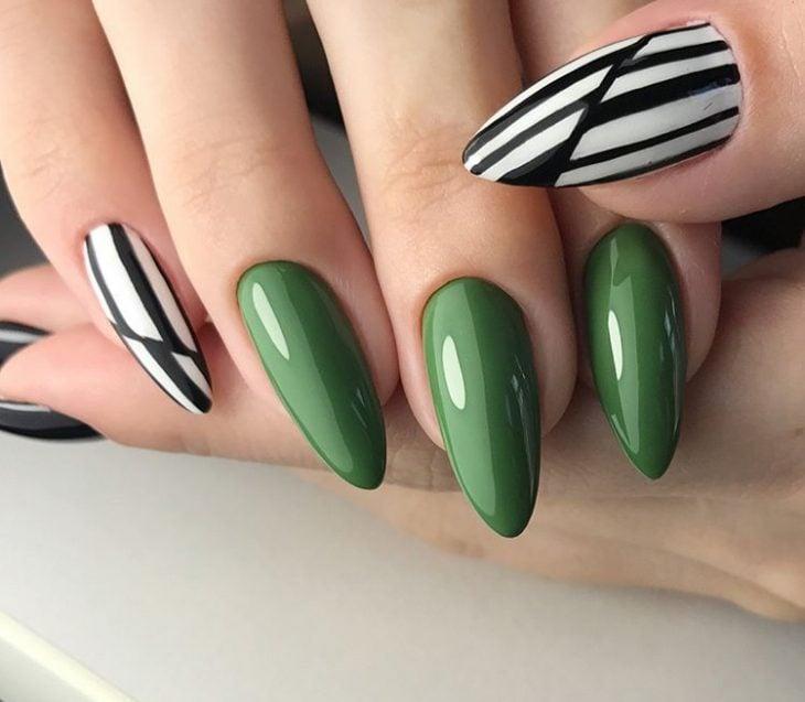 Uñas de color negro con blanco y verde