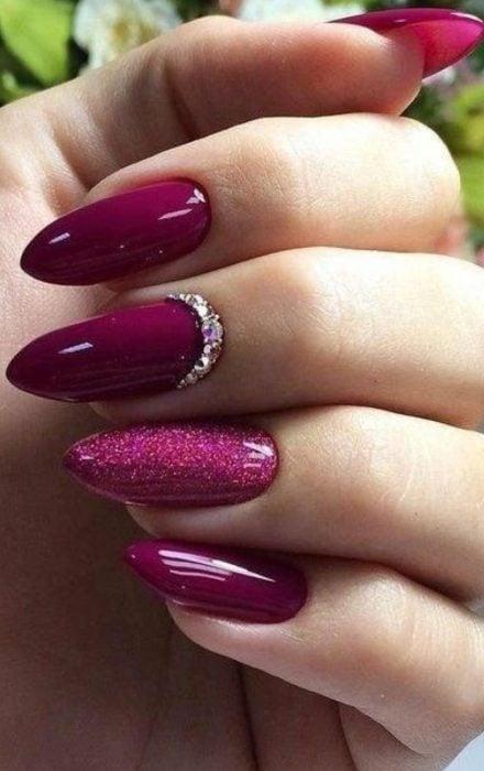 Uñas de colo rosa con brillos
