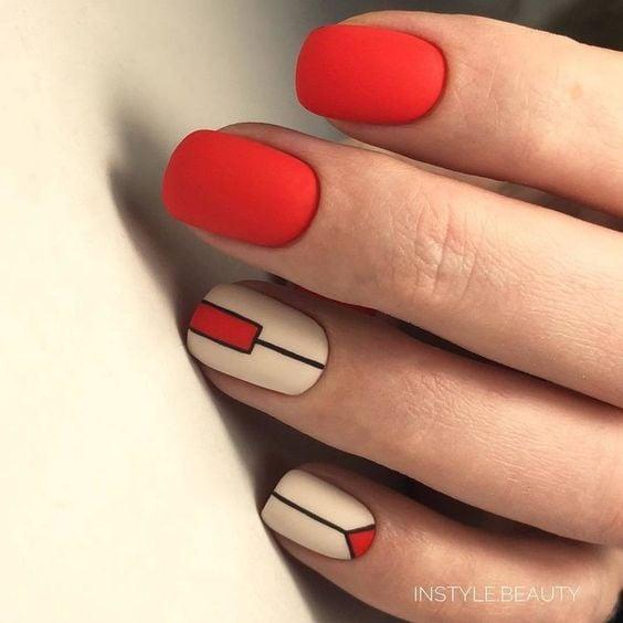 Uñas de color rojo con líneas negras