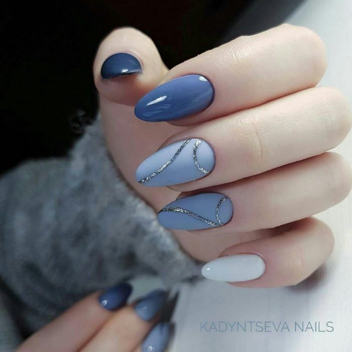 Uñas de color azul con blanco