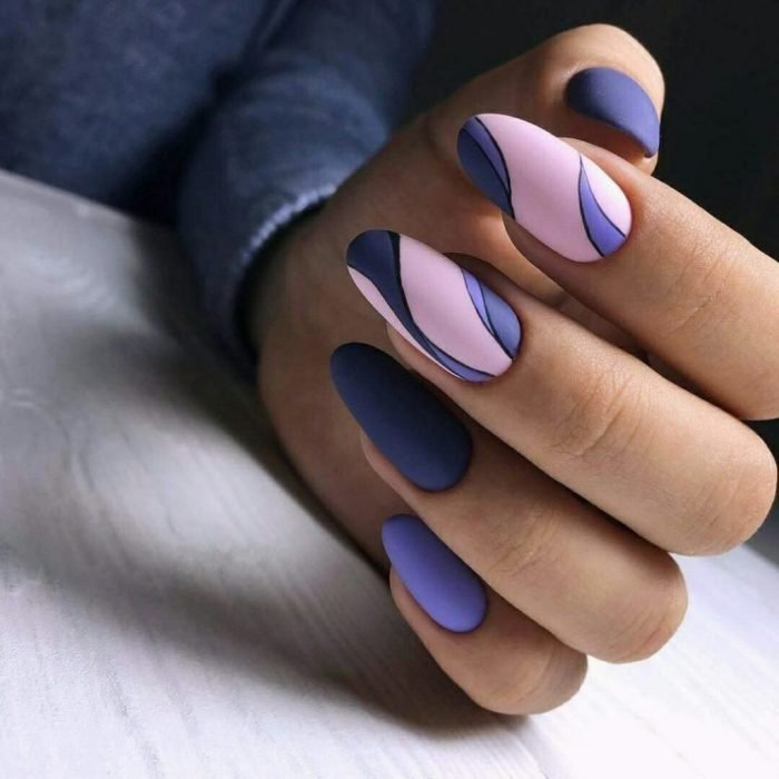 Uñas de color morado con rosa