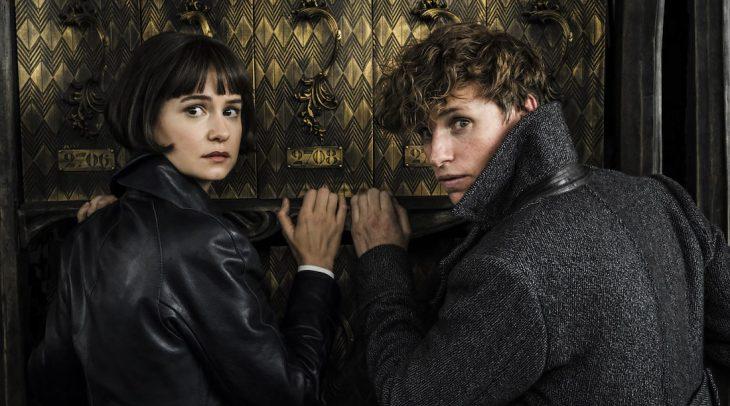 chica y chico tocando la puerta