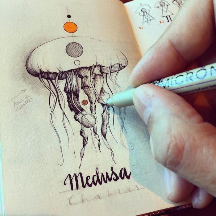 hoombre dibujando una medusa