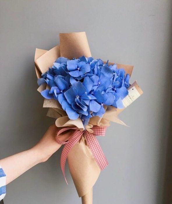 ramo de flores azules