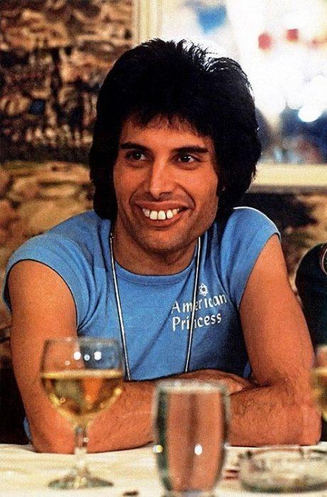 Freddie Mercury enseñando sus dientes enormes