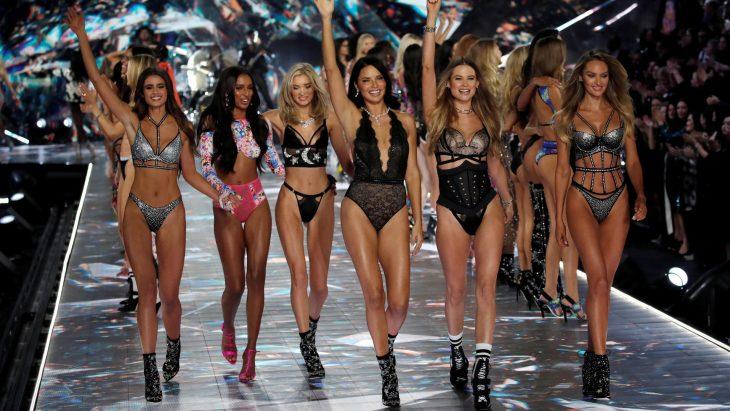 Modelos de Victoria's secret juntas desfilando en el show del 2018