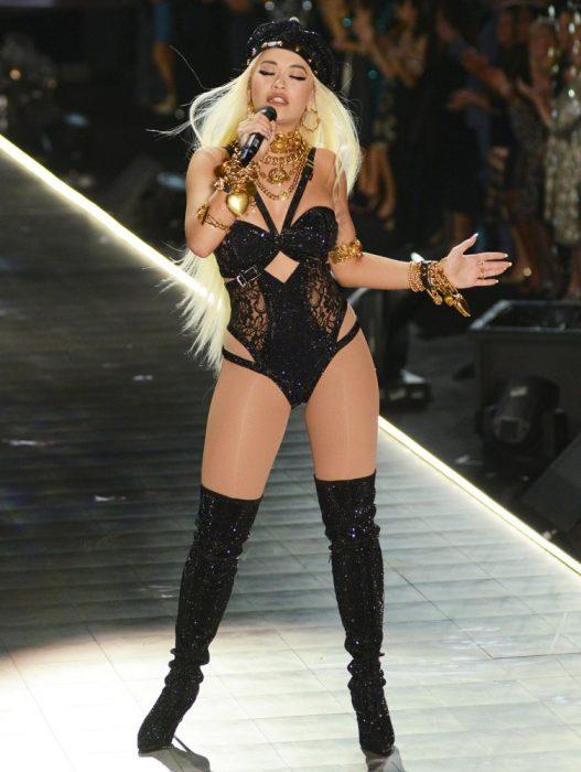 Rita Ora en el desfile de Victoria's Secret 2018