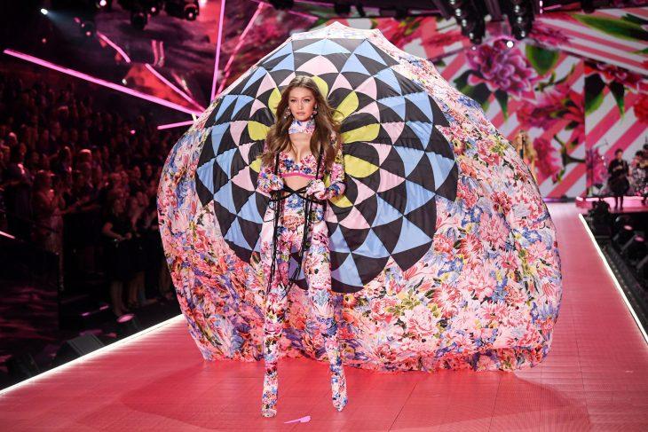 Gigi hadid con un paracaídas en el desfile de victoria's secret 2018