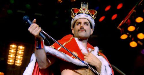 hombre usando una corona roja