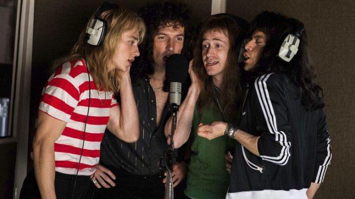 grupo de amigos cantando en cabina