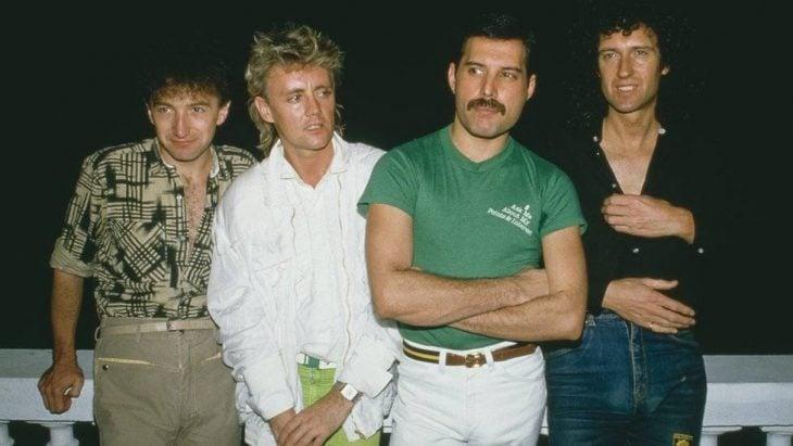 hombres posando para una foto