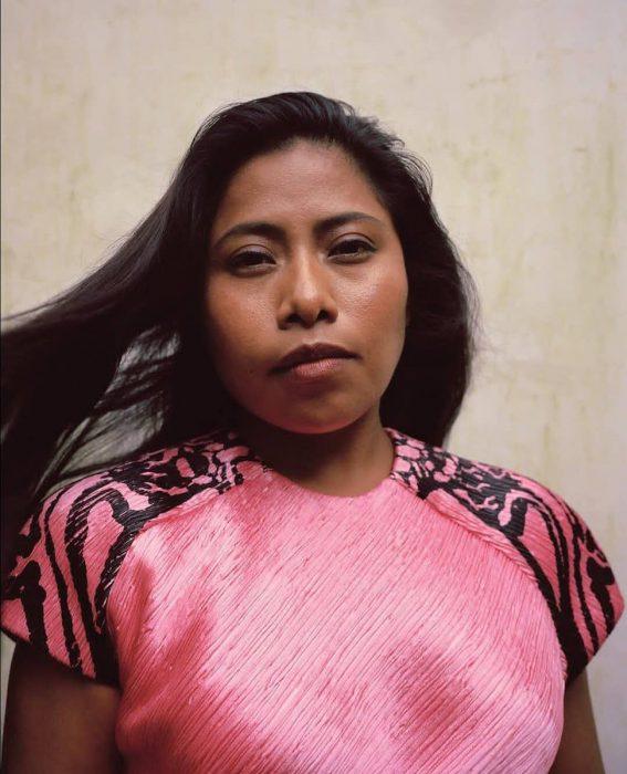 mujer con blusa rosa y cabello negro largo