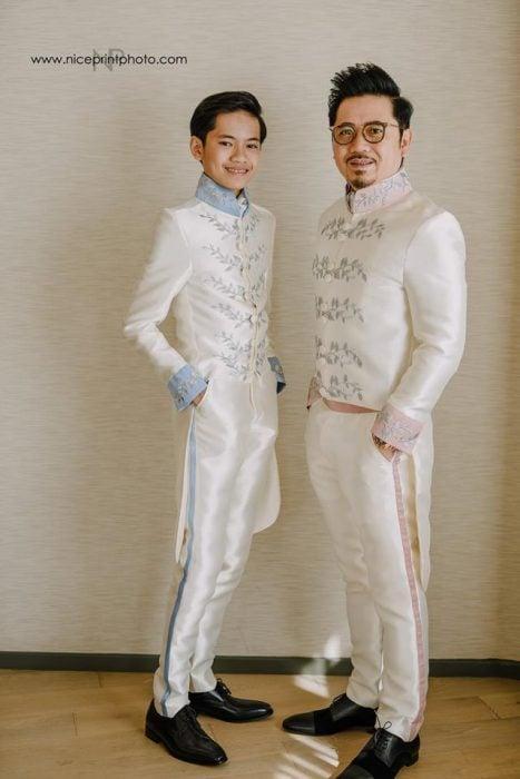 hombre y niño con traje de príncipes