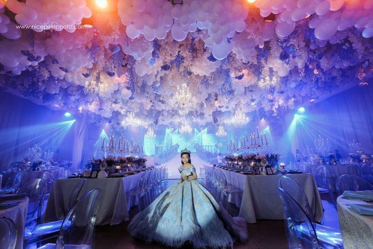 niña con vestido azul y corona en fiesta