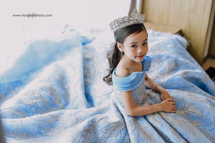 niña con vestido azul y corona