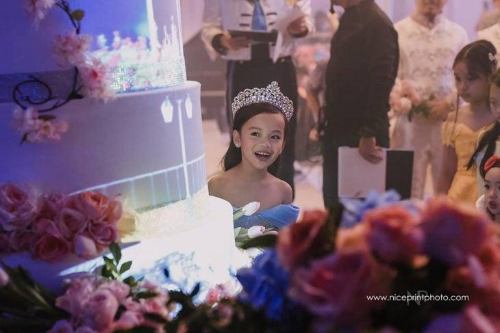 niña con vestido y corona