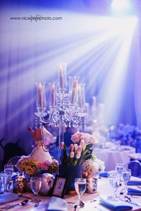 arreglo de mesa con velas y flores