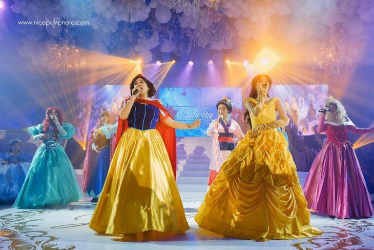 mujeres vestidas de princesas