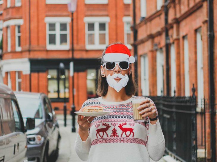 chica vestida de Santa Claus