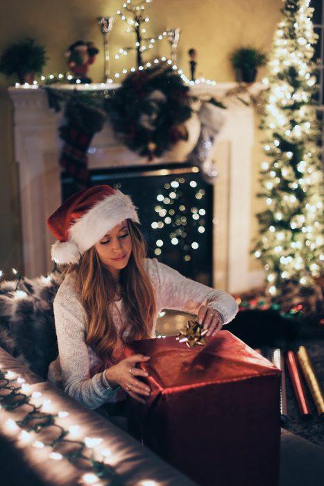chica abriendo su regalo de Navidad