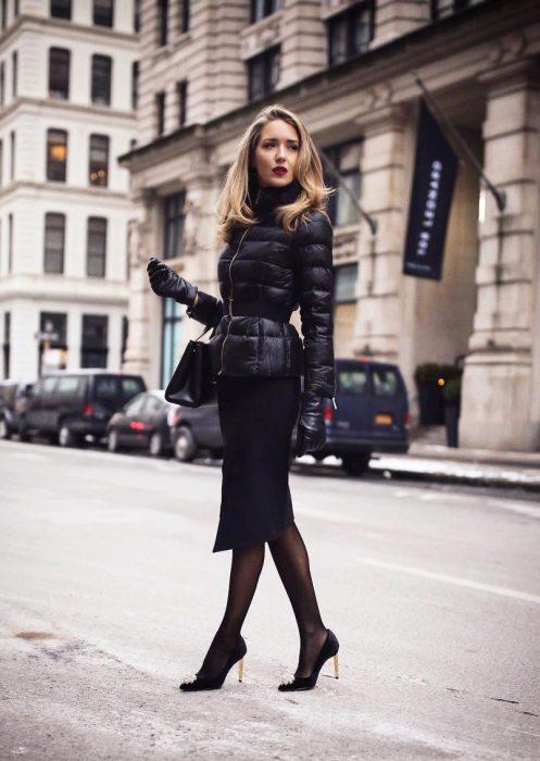Chica cruzando la calle con falda de lápiz negra y zapatos stiletto