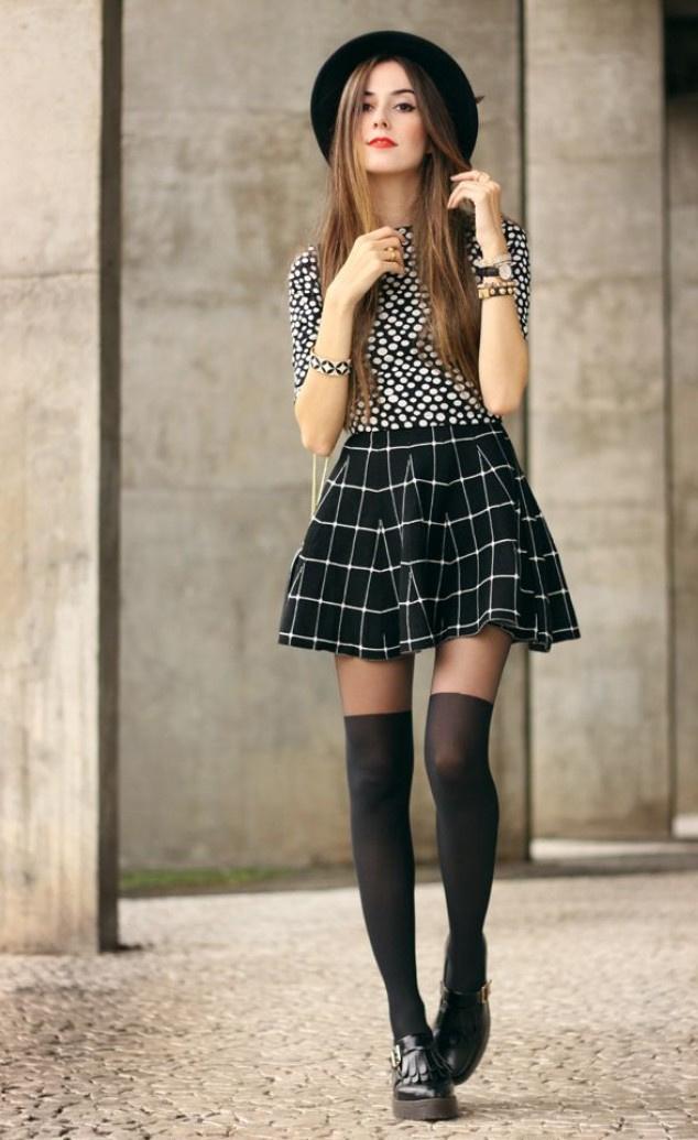 9acd5e4b359 Chica con onda juvenil usando falda skater a cuadros y zapatos masculinos