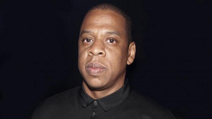 hombre con camisa de color negro