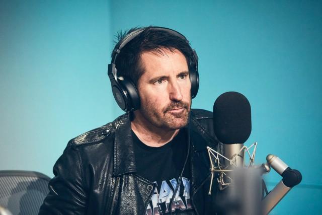 hombre hablando por microfono