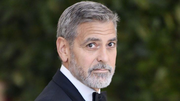 hombre con barba canosa mirando sorprendido